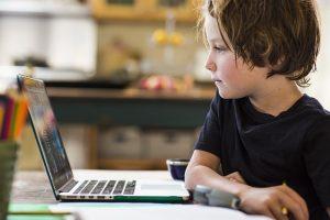 бъдещето на бизнеса е онлайн дете стои пред компютър